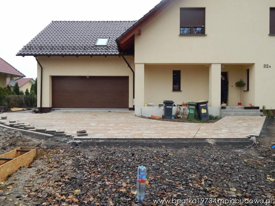 MojaBudowa.pl wpis: przed domkiem coraz więcej kostki